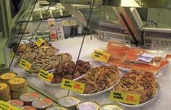 Στάβλος με τις μικρές πίτες και ψάρια στην αγορά Στοκ Εικόνα