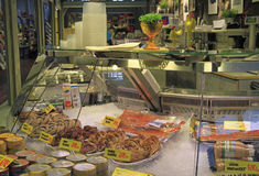 Στάβλος με τις μικρές πίτες και ψάρια στην αγορά Στοκ Φωτογραφία