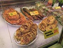 Στάβλος με τις μικρές πίτες και ψάρια στην αγορά Στοκ εικόνα με δικαίωμα ελεύθερης χρήσης