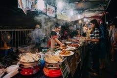 Στάβλος τροφίμων στη τη νύχτα του Σαββάτου αγορά, Chiang Mai, Ταϊλάνδη Στοκ εικόνα με δικαίωμα ελεύθερης χρήσης