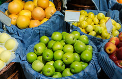 Στάβλος φρούτων στην αγορά Στοκ Εικόνες