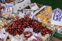 Στάβλος φρούτων στην αγορά Στοκ φωτογραφία με δικαίωμα ελεύθερης χρήσης