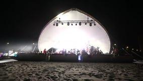 Στάδιο και ένα disco στην παραλία Παραλία Disco νύχτας με το φωτισμό συναυλία Εορτασμός διακοπές χορός γιορτής απόθεμα βίντεο
