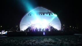 Στάδιο και ένα disco στην παραλία Παραλία Disco νύχτας με το φωτισμό συναυλία Εορτασμός διακοπές χορός γιορτής φιλμ μικρού μήκους