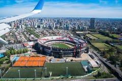 Στάδιο του πιάτου ποταμών στο Μπουένος Άιρες που βλέπει από το αεροπλάνο στοκ φωτογραφία