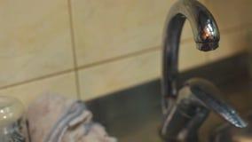 Στάζοντας βρύση στην κουζίνα απόθεμα βίντεο