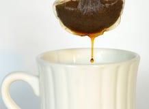 στάζοντας τσάι τσαντών Στοκ Φωτογραφίες