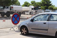Στάθμευση ενός αυτοκινήτου σε μια απαγορευμένη θέση Οδικά σημάδια και διακριτικά γνωρίσματα Εκκένωση του οχήματος Παραβίαση των κ στοκ φωτογραφία με δικαίωμα ελεύθερης χρήσης