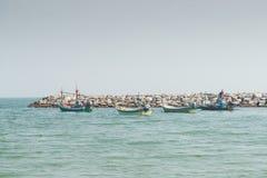 Στάθμευση του μικρού ορίζοντα αλιευτικών σκαφών πέρα από seacoast Στοκ φωτογραφία με δικαίωμα ελεύθερης χρήσης