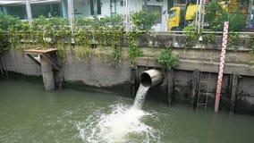 Στάθμη ύδατος στο κανάλι οδών μέσα κεντρικός μετά από την καταιγίδα απόθεμα βίντεο