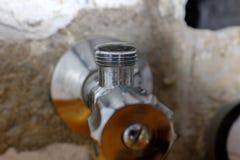 Στάλαγμα, έχουσα διαρροή βαλβίδα γωνιών για τη σύνδεση washbasin στοκ εικόνα