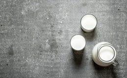 Στάμνα και ποτήρια του γάλακτος Στοκ εικόνα με δικαίωμα ελεύθερης χρήσης