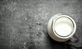 Στάμνα με το φρέσκο γάλα Στοκ Φωτογραφία