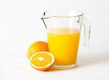 Στάμνα που γεμίζουν με το χυμό από πορτοκάλι Στοκ Εικόνα