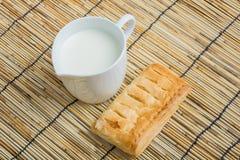 Στάμνα προγευμάτων του γάλακτος και του ψωμιού Στοκ Φωτογραφία
