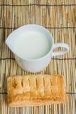 Στάμνα προγευμάτων του γάλακτος και του ψωμιού Στοκ Φωτογραφίες