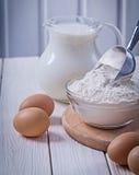 Στάμνα σεσουλών αλευριού αυγών με το γάλα Στοκ φωτογραφία με δικαίωμα ελεύθερης χρήσης