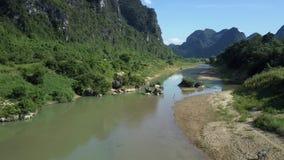 Στάσεις αγελάδων στην αμμώδη προσιτότητα του ποταμού που ελίσσεται στην κοιλάδα απόθεμα βίντεο