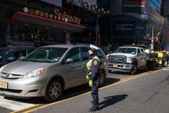 Στάσεις αστυνομικινών κυκλοφορίας πόλεων της Νέας Υόρκης στη μέση της στοκ φωτογραφίες