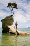 Στάσεις ατόμων σε έναν βράχο στο πάρκο του Abel Tasman, Νέα Ζηλανδία Στοκ Εικόνα