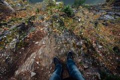 Στάσεις ατόμων στην άκρη του γραφικού απότομου βράχου Τουρίστας στα τζιν Στοκ φωτογραφία με δικαίωμα ελεύθερης χρήσης