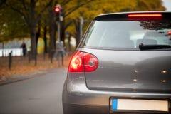 Στάσεις αυτοκινήτων σε έναν κόκκινο φωτεινό σηματοδότη Στοκ Φωτογραφία