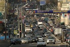 Στάσεις αυτοκινήτων στην κυκλοφοριακή συμφόρηση στο κέντρο πόλεων Στοκ Φωτογραφίες