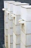 Στάσεις βάθρων πηγών εκτός από το κτήριο Στοκ φωτογραφία με δικαίωμα ελεύθερης χρήσης