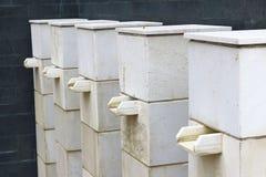Στάσεις βάθρων πηγών εκτός από το κτήριο Στοκ εικόνες με δικαίωμα ελεύθερης χρήσης