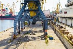 Στάσεις γερανών φορτίου λιμένων στις ράγες Στοκ φωτογραφία με δικαίωμα ελεύθερης χρήσης