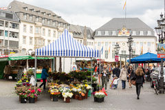 Στάσεις και άνθρωποι στο τετράγωνο αγοράς, με το Δημαρχείο στο υπόβαθρο Στοκ Φωτογραφίες
