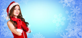 Στάσεις κοριτσιών Santa μεταξύ snowflakes Στοκ εικόνες με δικαίωμα ελεύθερης χρήσης