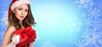 Στάσεις κοριτσιών Santa μεταξύ snowflakes Στοκ Φωτογραφίες