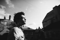 Στάσεις νεαρών άνδρων με τις ιδιαίτερες προσοχές Στοκ Εικόνες