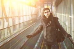 Στάσεις νεαρών άνδρων στα σκαλοπάτια στο μετρό Στοκ Φωτογραφίες