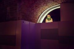 Στάσεις νυφών στην είσοδο στο εστιατόριο που κρύβει το πρόσωπό της β Στοκ Εικόνες