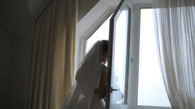 Στάσεις νυφών στο παράθυρο απόθεμα βίντεο