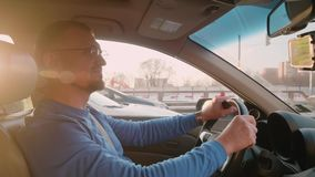 Στάσεις οδηγών στην κυκλοφοριακή συμφόρηση Διαγώνιος δρόμος πεζών στην απαγορευμένη θέση Backlight Ηλιοβασίλεμα στη Μόσχα το χειμ φιλμ μικρού μήκους