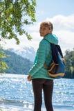 Στάσεις οδοιπόρων γυναικών στην ακτή της λίμνης Στοκ Εικόνα