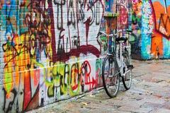Στάσεις ποδηλάτων σε έναν τοίχο γκράφιτι Στοκ φωτογραφία με δικαίωμα ελεύθερης χρήσης
