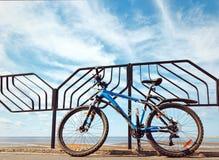 Στάσεις ποδηλάτων στην αποβάθρα στο φράκτη ενάντια στον ουρανό Στοκ φωτογραφία με δικαίωμα ελεύθερης χρήσης