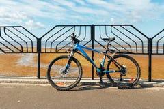 Στάσεις ποδηλάτων στην αποβάθρα στο φράκτη ενάντια στον ουρανό Στοκ Εικόνα