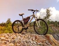 Στάσεις ποδηλάτων στην κορυφή του βράχου στοκ φωτογραφία με δικαίωμα ελεύθερης χρήσης