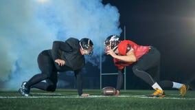 Στάσεις φορέων αμερικανικού ποδοσφαίρου ο ένας εναντίον του άλλου, έτοιμες να αρπάξουν μια σφαίρα 4K απόθεμα βίντεο