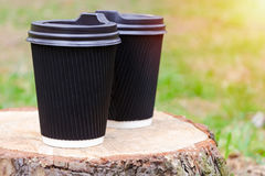 Στάσεις φλυτζανιών καφέ στο κολόβωμα Φωτεινή έναρξη έννοιας της ημέρας Στοκ φωτογραφία με δικαίωμα ελεύθερης χρήσης