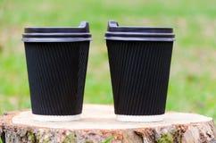 Στάσεις φλυτζανιών καφέ στο κολόβωμα Φωτεινή έναρξη έννοιας της ημέρας Στοκ εικόνα με δικαίωμα ελεύθερης χρήσης