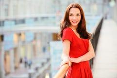 στάσεις brunette ραμπών στοκ εικόνα με δικαίωμα ελεύθερης χρήσης