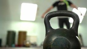 Στάσεις Kettlebell στο πάτωμα ανάμεσα σε ένα θολωμένο Bodybuilder απόθεμα βίντεο