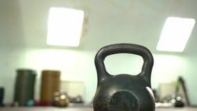 Στάσεις Kettlebell στο πάτωμα στην κενή γυμναστική απόθεμα βίντεο