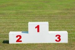 Στάση αθλητικών βραβείων, άσπρο χρωματισμένο ξύλο με τους κόκκινους αριθμούς Στοκ Φωτογραφία